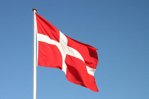 Видео, как датская чиновница упала в обморок во время пресс-конференции по AstraZeneca