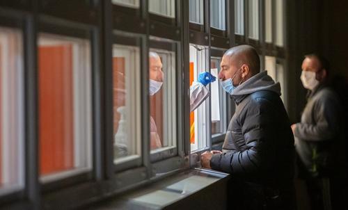 Всех прибывающих из-за границы россиян обязали сдавать тест на COVID-19