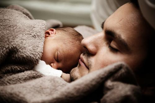В правительстве объяснили отклонение инициативы об отпуске для отцов новорожденных