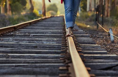 Девушку-подростка отбросило от железнодорожного пути потоком воздуха, когда она делала эффектное фото