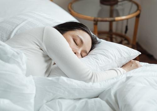 Кардиолог-реаниматолог Гандельман объяснил, может ли сон на левом боку навредить сердцу