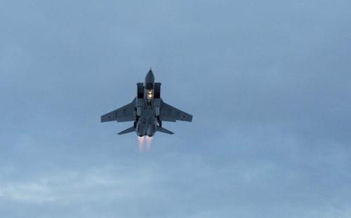 Минобороны показало кадры сопровождения самолета ВВС США над Тихим океаном