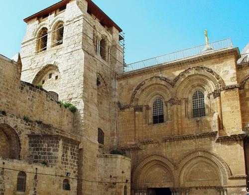 Православные верующие молятся о снисхождении Благодатного огня в храме Гроба Господня в Иерусалиме