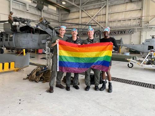 «Исторический момент». В вооруженных силах США появился первый вертолёт с полностью гомосексуальным экипажем