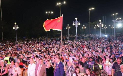Красное знамя – символ Победы или «флаг советского государства-оккупанта, пропитанный кровью»?