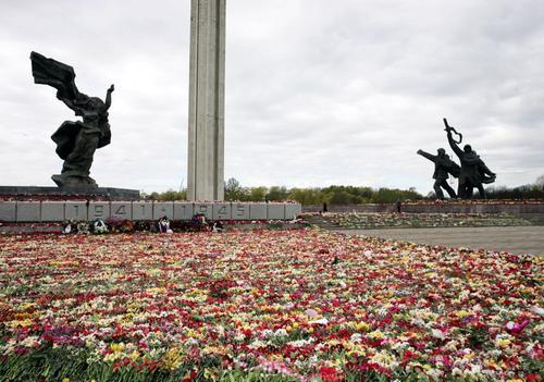 Полиция Латвии убедительно призывает не ходить к памятнику Освободителям 9 мая