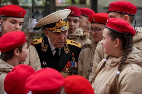 Юнармейцы провели в Москве мини-парады Победы для ветеранов войны