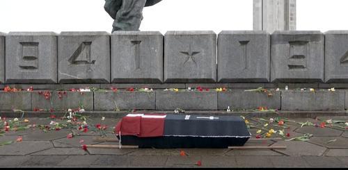 Националисты Латвии принесли к памятнику Победы черный гроб