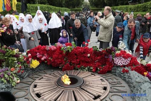 В Одессе произошла потасовка во время возложения цветов к памятнику Неизвестному матросу