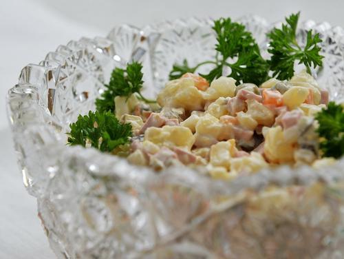 Мясников предложил в рамках правильного питания баловать себя оливье или салом по праздникам