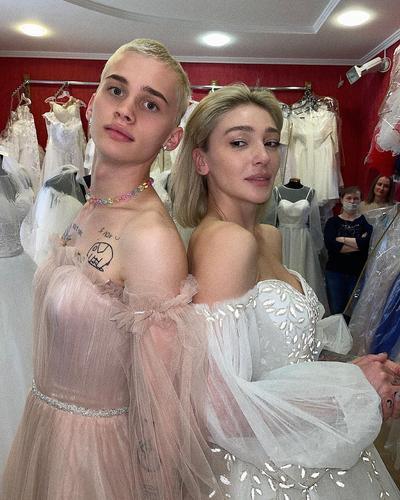 «И ему тоже идет», Настя Ивлеева и Даня Милохин примерили свадебные платья