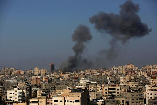 ВВС Израиля почти полностью разрушили многоэтажное здание в Газе