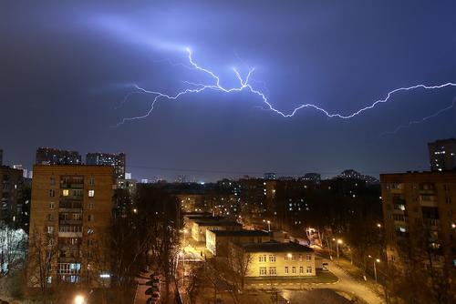 Сотрудники МЧС предупредили москвичей о ливне, грозе и граде до конца воскресенья