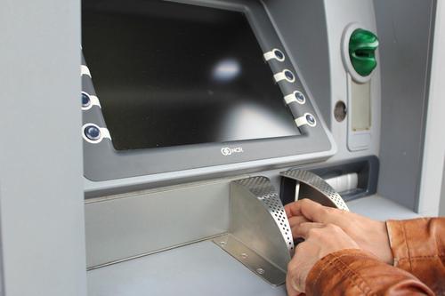 Эксперт Лукацкий дал советы по защите от мошенничества после информации о введении сервиса для снятия наличных с чужой карты