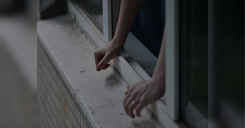 В Москве подросток выпрыгнул из окна на глазах у полиции