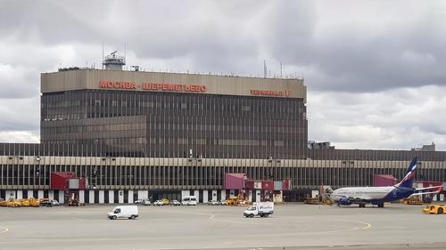 В Шереметьево самолет, вылетающий в Симферополь, проверяют из-за сообщения о бомбе