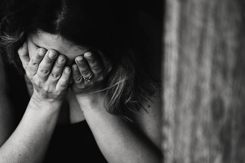 Британские учёные назвали ухудшение зрения, раздражительность и неуверенность в себе признаками деменции