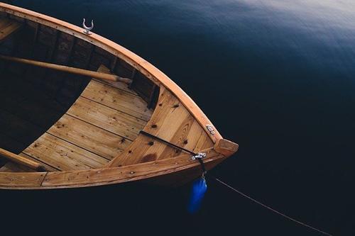 Один рыбак погиб после опрокидывания лодки в Вологодской области