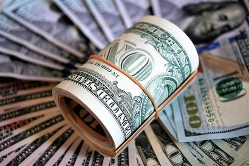 Доллар дешевеет на фоне удорожания нефти