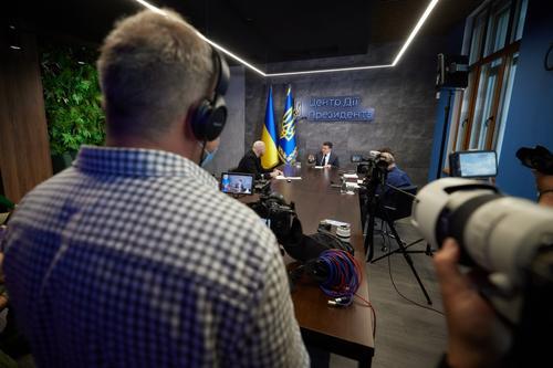 Зеленский в интервью западным СМИ обратился к Путину на русском языке по теме Донбасса