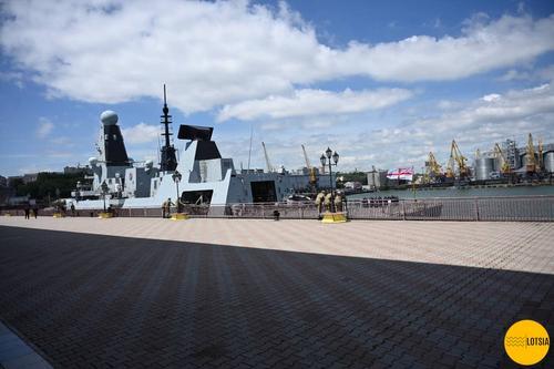 Два военных корабля ВМС НАТО, в пятницу, 18 июня, вошли в морской порт Одессы