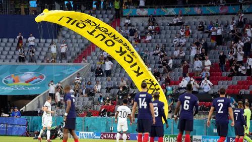 Экоактивист на параплане с надписью «Откажись от нефти» приземлился на футбольное поле в Мюнхене, есть пострадавшие