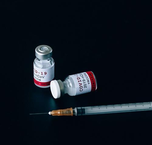 В Москве приостановили запись на прививку вакциной «КовиВак»