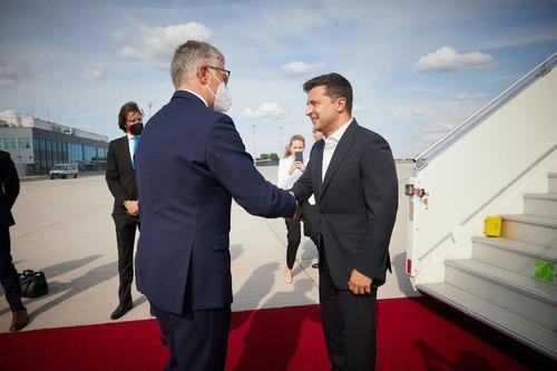 Сделав «покер-фейс», Зеленский отправился к Меркель