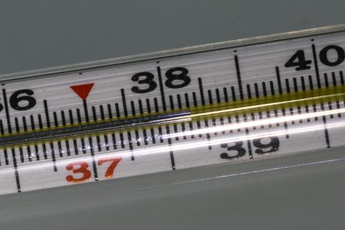 Эпидемиолог Пшеничная: температура выше 38 градусов более 3-5 дней может говорить о тяжелом течении COVID-19