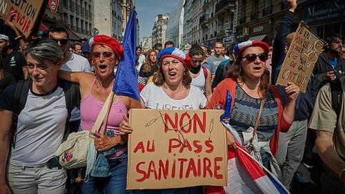 Французы не могут жить без походов в кафе, а без прививок могут, но недолго