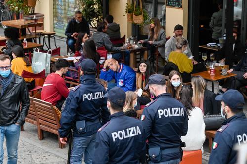 В Италии чиновник застрелил мигранта, который приставал к клиентам местного бара