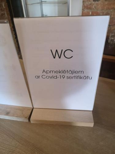 В Латвии непривитых пускают не в каждый туалет