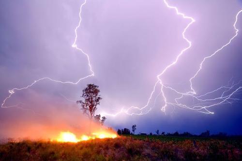 Сухие грозы привели к пожарам в Якутии и Карелии