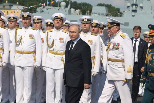 Президент РФ Владимир Путин на катере обходит парадную линию боевых кораблей на Кронштадтском рейде