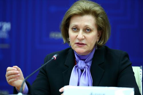 Глава Роспотребнадзора Анна Попова рассказала, что половина случаев заражения COVID-19 происходит в семье