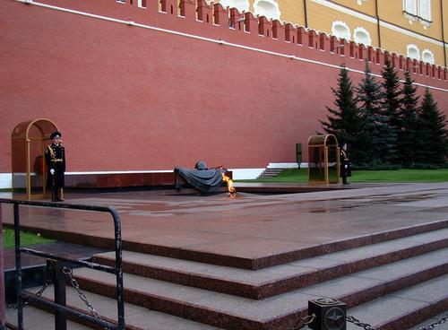 Ангела Меркель в Москве перед встречей с Владимиром Путиным возложила венок к Могиле Неизвестного Солдата