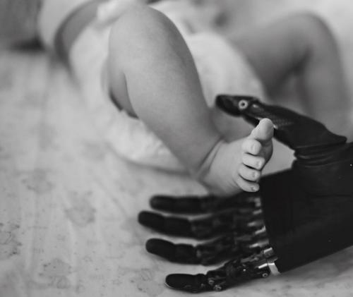 Мария Грачева, потерявшая кисти рук, в третий раз стала мамой