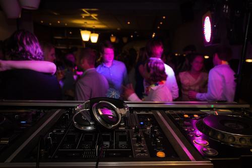 В волгоградском баре избили темнокожего диджея за отказ поставить песню