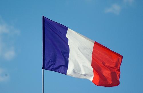 На акции протеста в Париже, переросшей в крупные беспорядки, полицейские начали применять водометы и слезоточивый газ