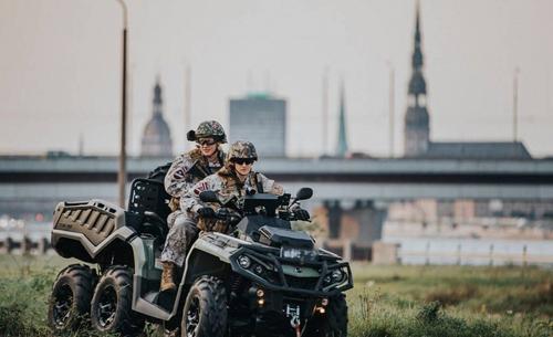 В центре Риги проходят военные учения