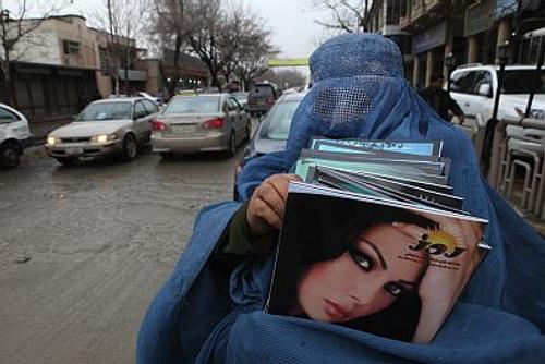 Афганки, проживающие в разных странах, публикуют фото в ярких национальных платьях в знак протеста
