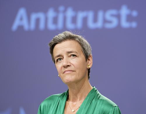 Комиссара Евросоюза поймали за вязанием во время важного заседания