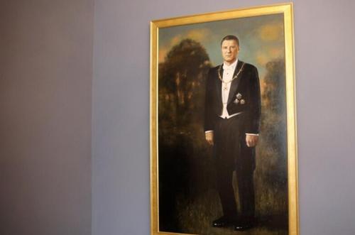 Увидев свой портрет, экс-президент Латвии Раймонд Вейонис «впал» в замешательство