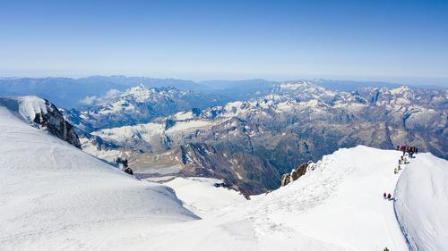 По данным МЧС, тела троих погибших туристов спустили с вершины Эльбруса