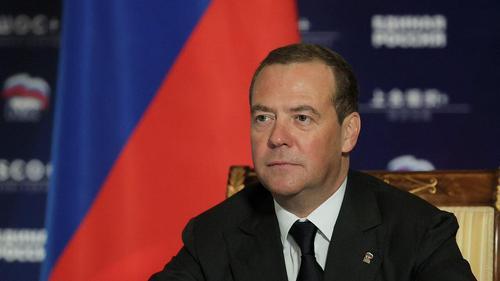 Медведев призвал Россию не реагировать на заявления Запада о выборах: «Собака лает, а караван идёт»