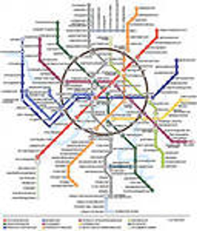 Человек упал на рельсы московского метро, движение поездов остановлено