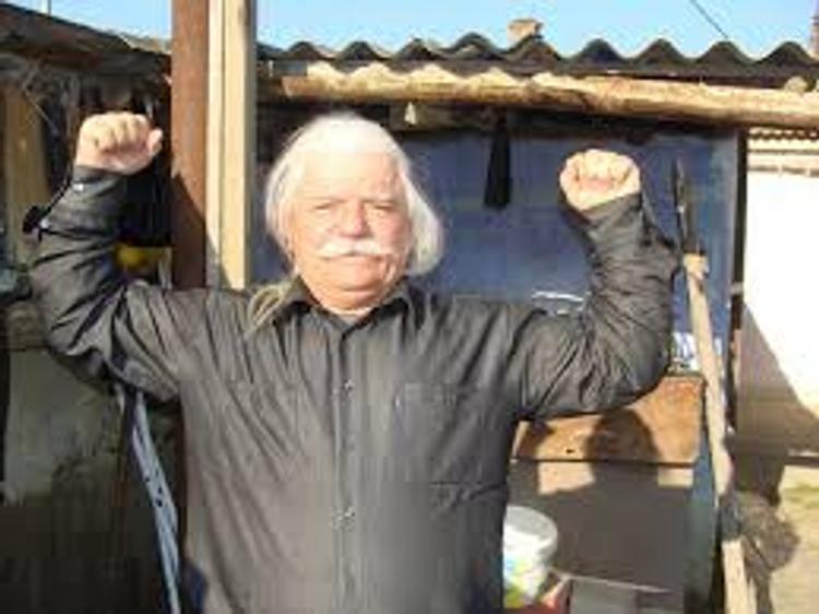 83-летний дагестанец побил рекорд по поднятию тяжести волосами