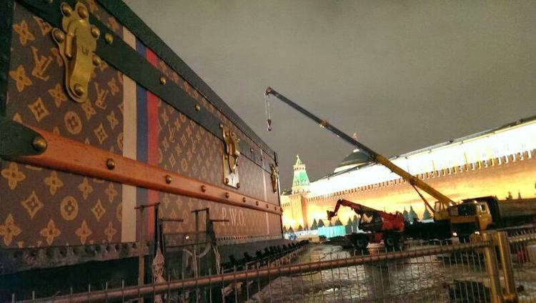 Louis Vuitton оштрафовали за чемодан на Красной площади