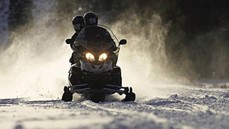 В Магаданской области разбились водитель и пассажир снегохода