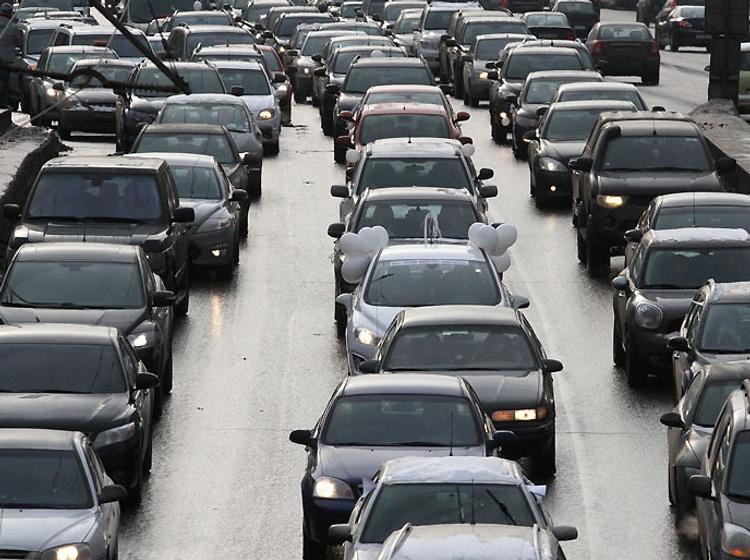 В Москве на Ленинградском шоссе перевернулся бетоновоз